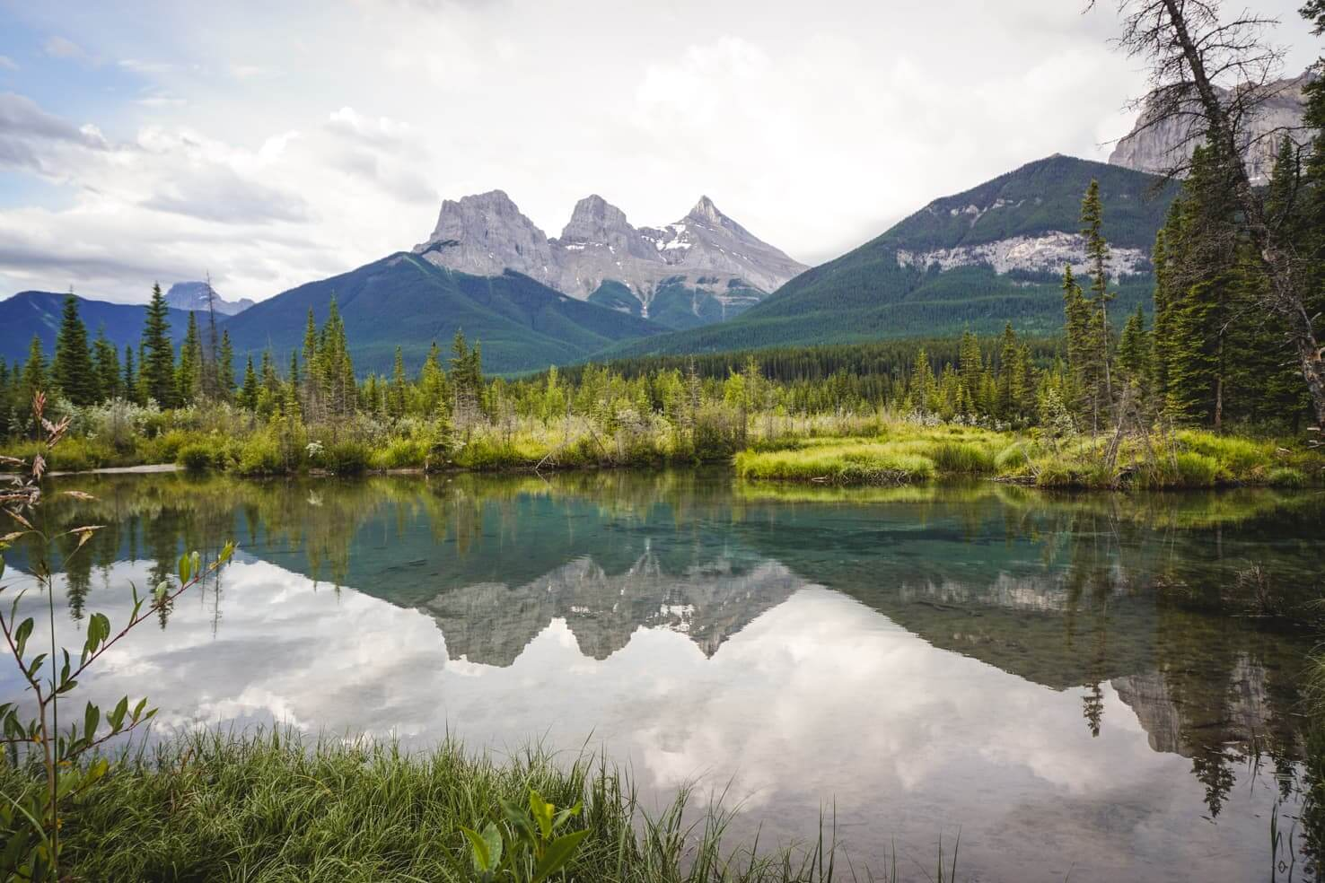 20 things to do in Canmore - photograph the iconic peaks of Three Sisters